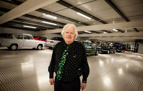 年近八旬的商业巨头罗杰如今拥有全英国规模最庞大的老爷车收藏。他的车库里停满了350辆品种不一的老爷车,总价值约合人民币3.4亿元。