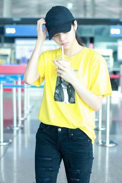 欧阳娜娜机场街拍示范 黄色T恤+黑色牛仔少女感十足