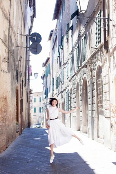 唐艺昕私服街拍造型示范 一身白裙秒变小仙女