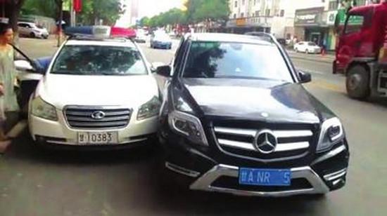 豪车女司机别停警车 被交警拍照不满追出两百多米