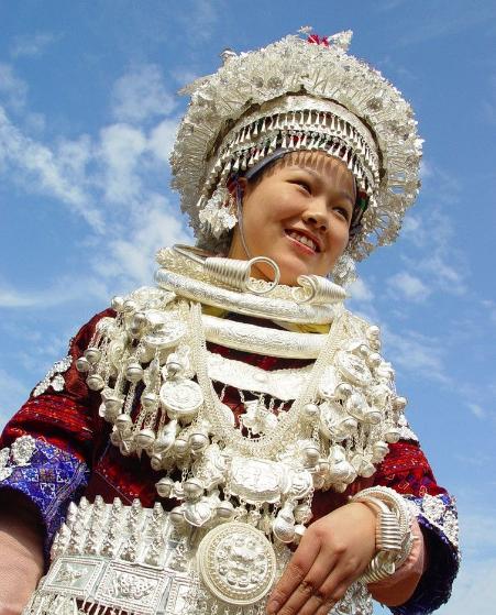 苗族女孩戴的一身银饰值多少钱?