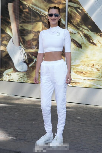 欧美穿衣搭配技巧示范 白T运动裤也可以凹造型