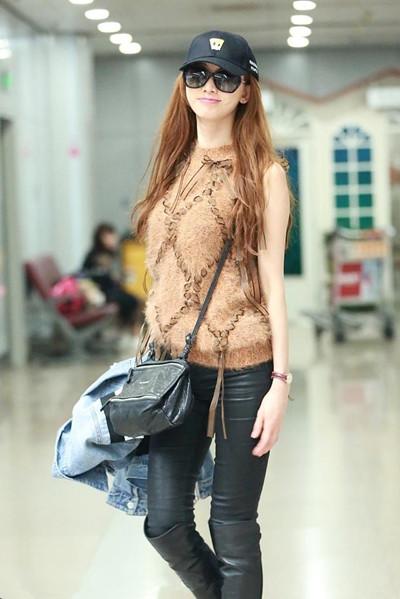 林志玲机场街拍示范 无袖上衣+皮裤帅气十足