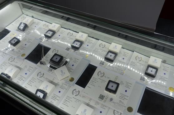 吉姆宝石贸易5分钟内售空240颗斯里兰卡蓝宝石 价值高达百万元