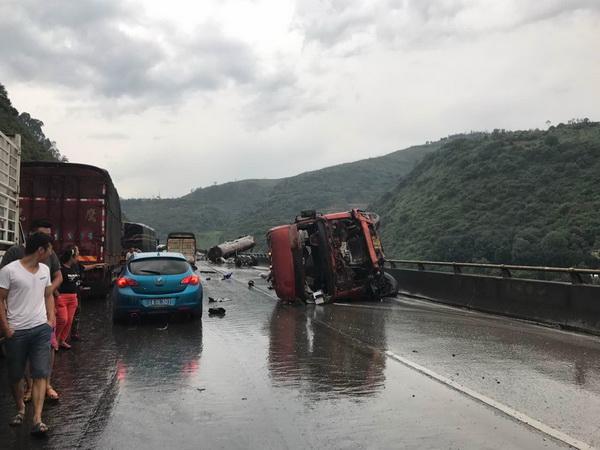 6次变道连撞4车 造成一人死亡三人受伤