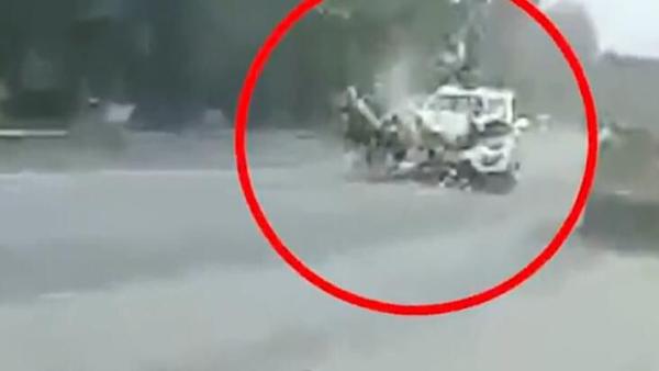男子骑摩托带女子小孩逆行超速 后车驾驶员拍下了当时的画面