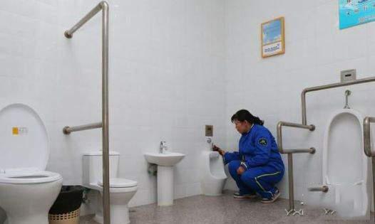 公厕方便遇女保洁 为何男厕所要请女保洁员?