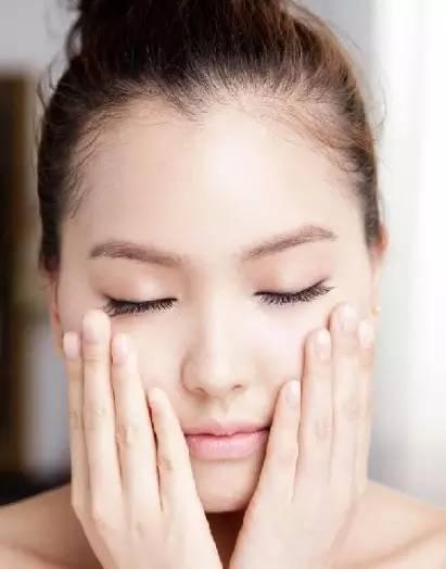 发现自己的皮肤毛孔越来越粗大? 盘点4个睡前美容护肤小窍门