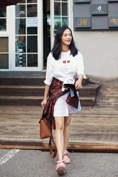 姚晨最新时尚街拍曝光 清爽利落造型充满少女气息