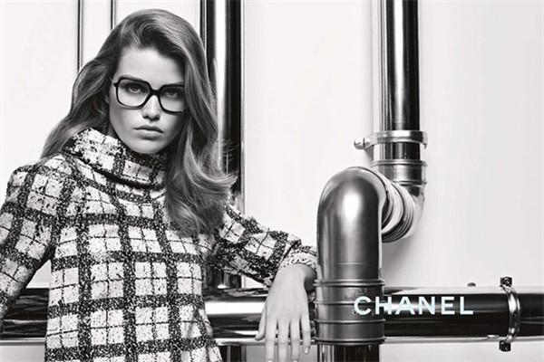 Chanel(香奈儿)释出2017秋冬奢侈品眼镜系列广告大片