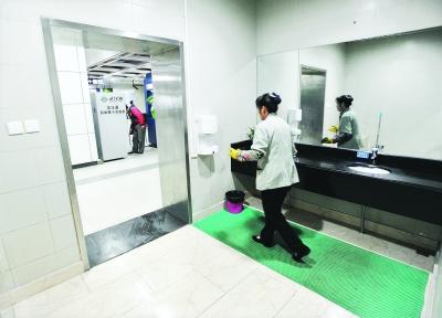 公厕方便遇女保洁 如厕者进退两难