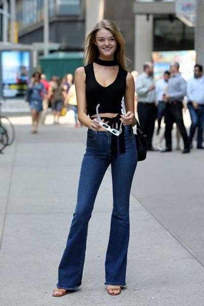 欧美超模穿衣搭配示范 黑背心+微喇牛仔裤尽显大长腿