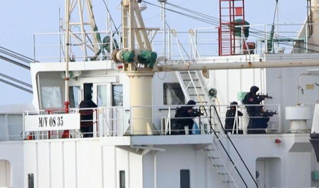 中国海军击溃海盗 成功解救19名叙利亚籍船员