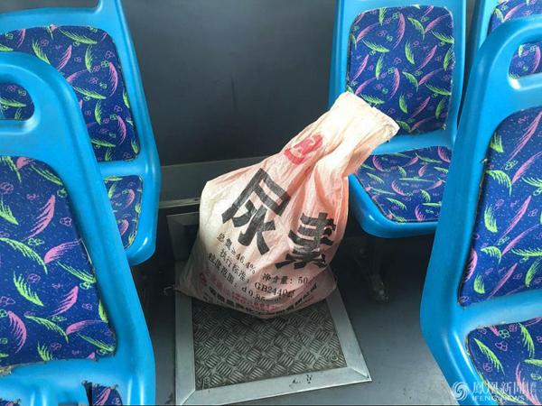 女子用蛇皮袋携巨款出游 没想到竟落在了公交车上