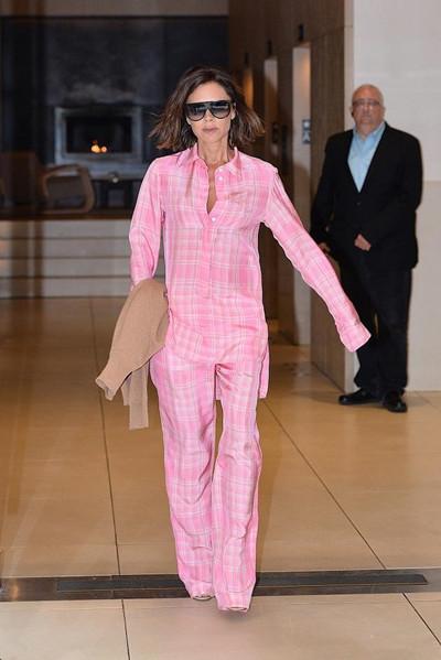 Victoria Beckham街拍示范 粉色套装出镜帅气不失妩媚