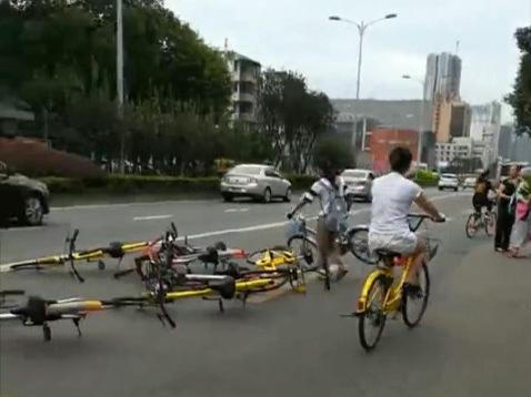 女子单车扔路中间:我不方便都别方便了