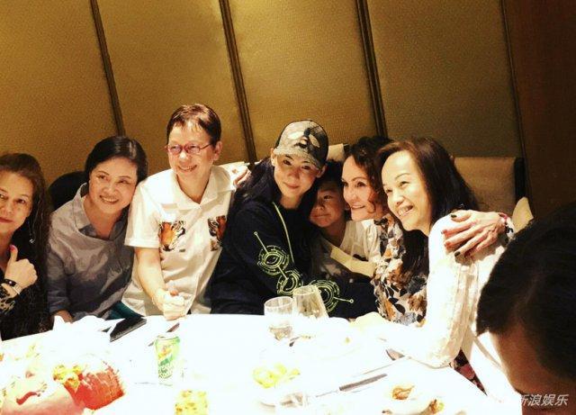 张柏芝全家聚会 56岁的妈妈Shally打扮时尚
