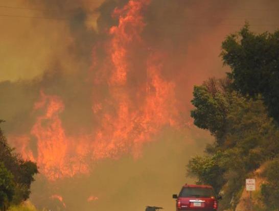 洛杉矶史上最大火灾 烧毁土地超过5900英亩