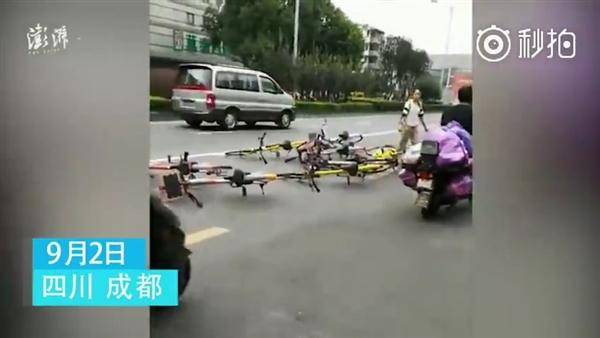 女子单车扔路中间:我不方便大家都别想方便