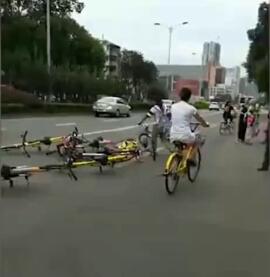 女子单车扔路中间 共享单车占道女子将车扔到路中间