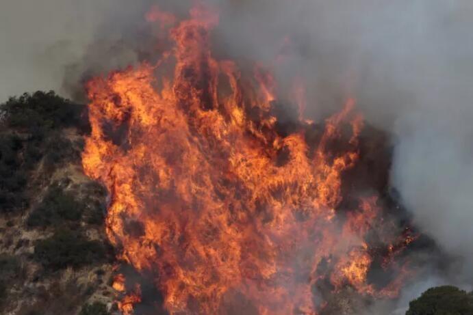 洛杉矶史上最大火灾 数以百计民众被迫撤离家园