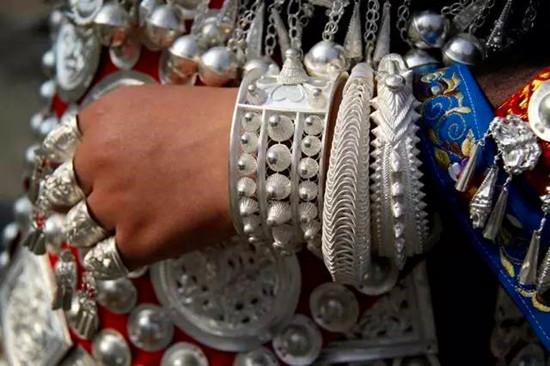 苗族银饰锻制技艺:首批国家级非物质文化遗产名录里的传奇