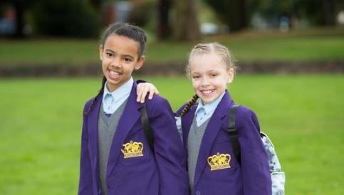 英国黑白配姐妹上中学