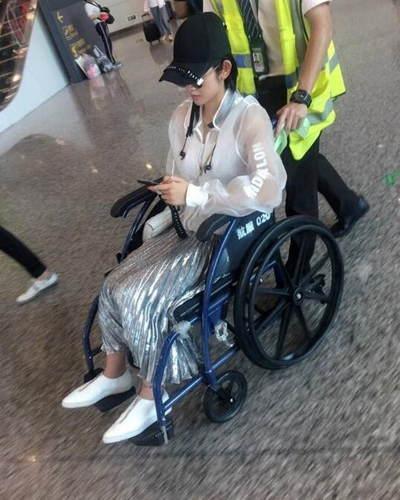 唐艺昕坐轮椅现身 疑似身体出现问题