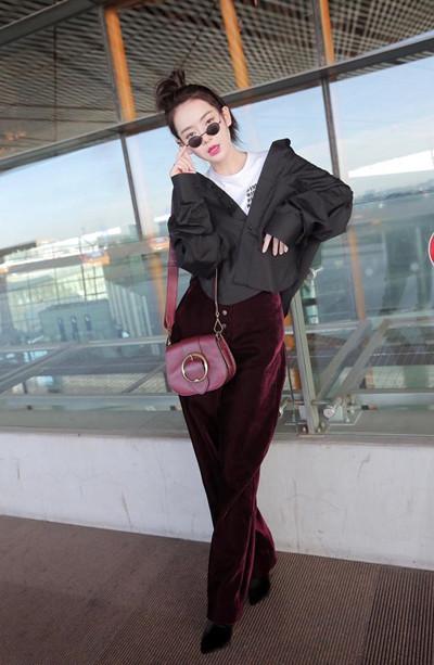 戚薇机场街拍造型示范 黑衬衫配丝绒阔腿裤潮范十足
