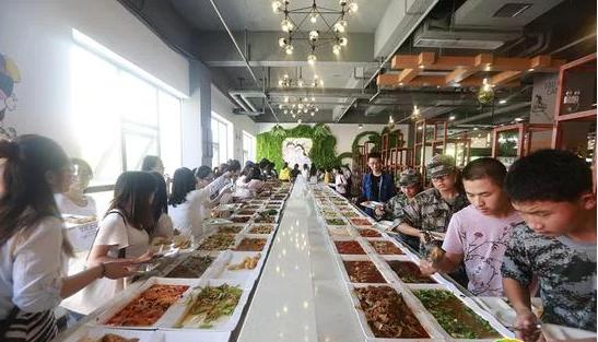 郑州一大学现最豪华自助餐 菜品近90个