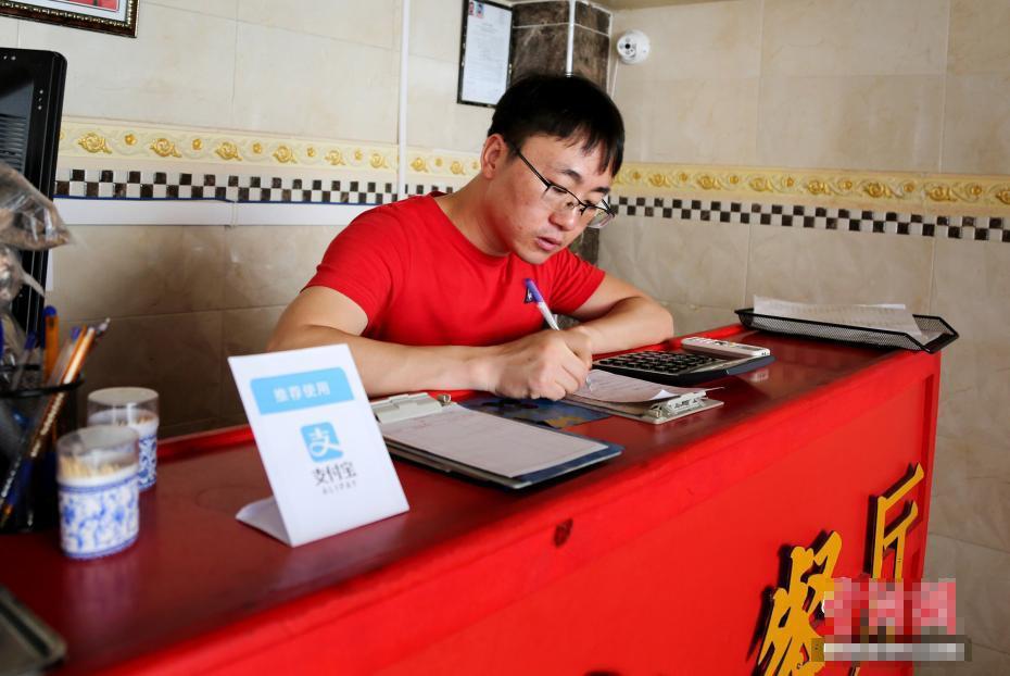 80后小伙闯荡非洲 开中餐馆做四川菜月入10万元