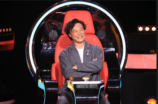 《新歌声》陈奕迅好奇玩坏升降台 网友:仿佛在看少儿节目