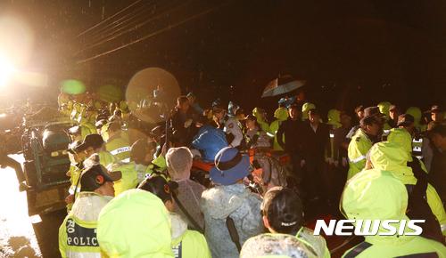 萨德部署最新消息:韩民众舍身堵路抗议萨德 美军已动用重型机械开始平整土地