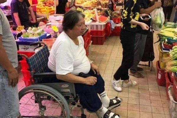 洪金宝坐轮椅买菜 网友:最灵活的胖子快点好起来