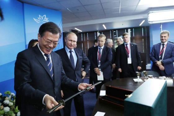 普京送文在寅宝剑 打造于18世纪朝鲜王朝时代