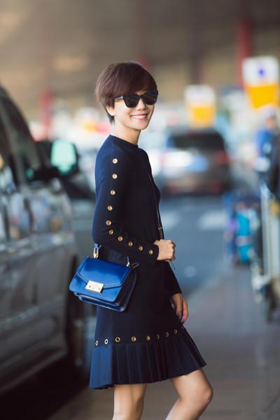 王珞丹时装周街拍示范 裙装搭配运动鞋干练又时尚