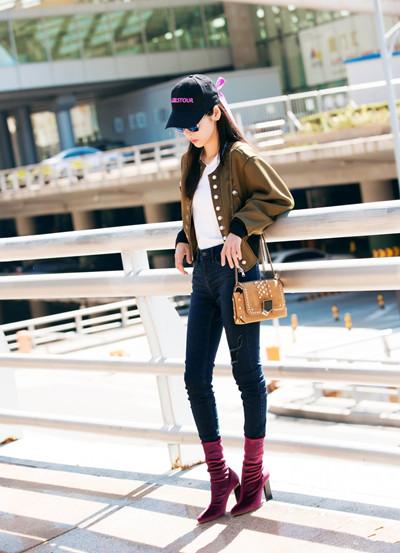 张碧晨时装周街拍示范 飞行夹克+丝绒短靴时尚感十足