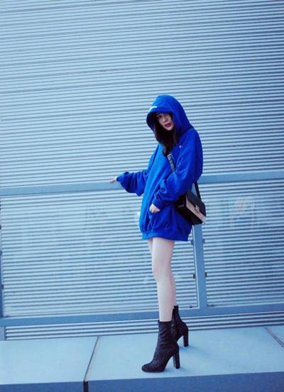 杨幂最新街拍造型示范 下衣失踪一双美腿白到发光