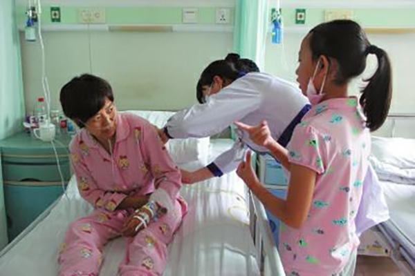 10岁女孩当翻译 为照顾患病妈妈以医院为家当起小翻译