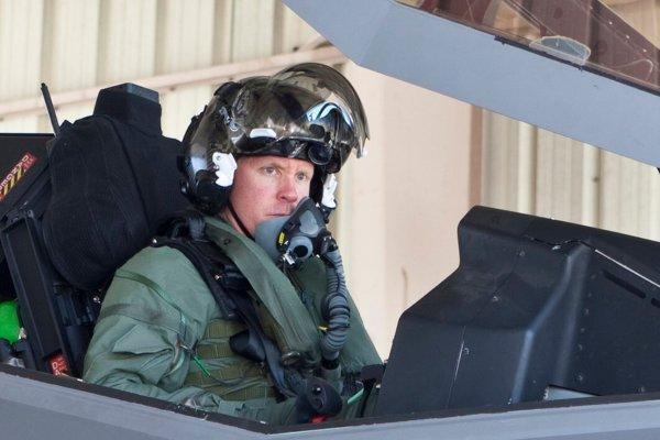 美空军连摔3架战机 飞机属于空军装备司令部