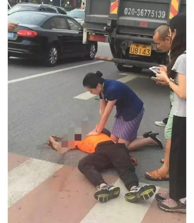 空姐跪地救男子半小时 人未救回抱头痛哭