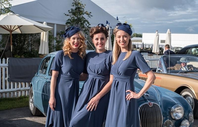 英民众复古盛装出席经典汽车展