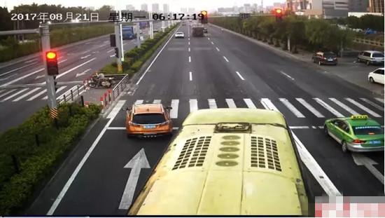 女司机闯红灯被赞 瞄一眼后视镜拯救了一车人