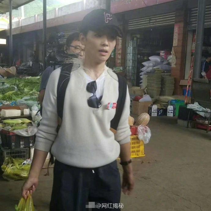 刘涛素颜现身菜市场 挑选蔬菜和水果的时候有模有样