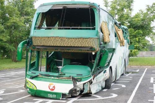 台湾高速重大车祸 闪避前车自撞护栏多名乘客被甩出车外
