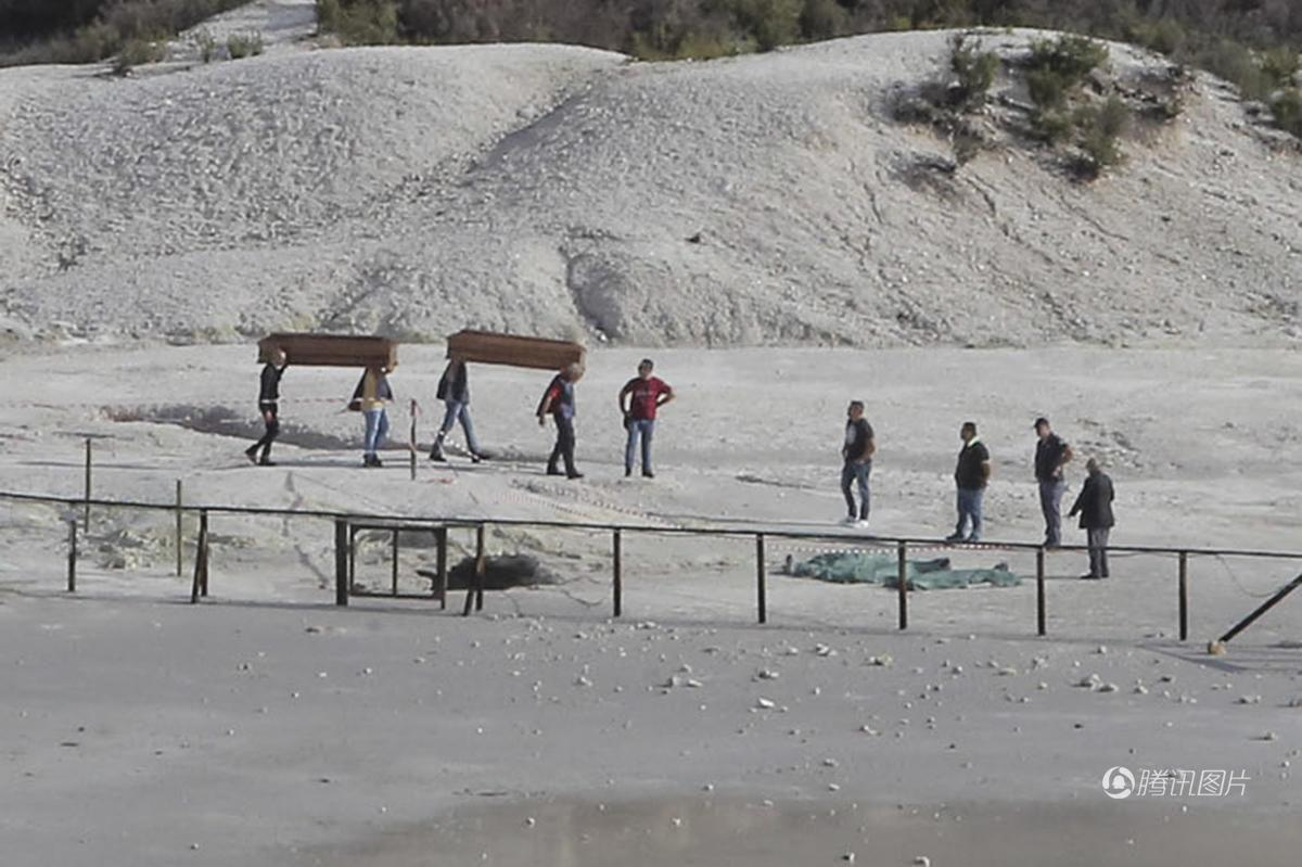 熊孩子翻栏杆坠入火山口 父母施救时也失足坠入火山口