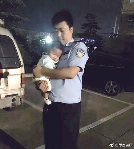 爸爸只能抱你20秒!民警抱起孩子就放下刷爆朋友圈