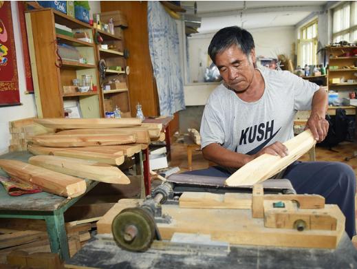 60岁的郭长海当过27年的船长,常年带领渔民出海捕鱼。2005年,他卖掉了心爱的渔船,告别了渔业捕捞行业。但是对大海的依恋之情,使他滋生了制造军舰模型的想法。