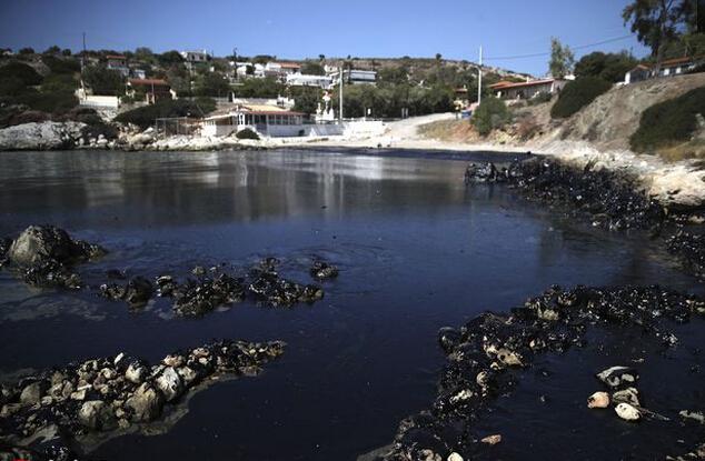 希腊油轮沉没造成漏油 或致重大环境灾难