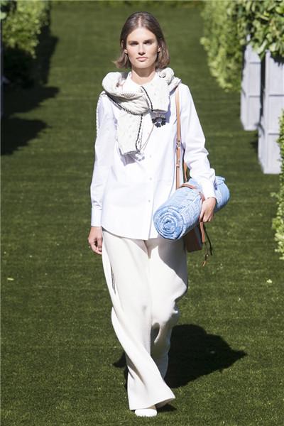 Tory Burch(汤丽柏琦)于纽约时装周发布2018春夏系列
